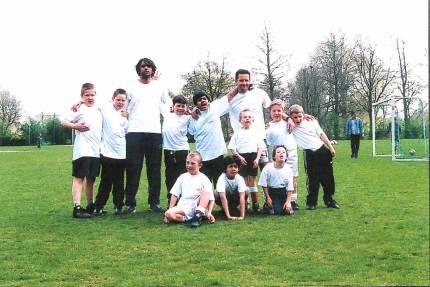 Dennis met de eerste jongetjes in 2000