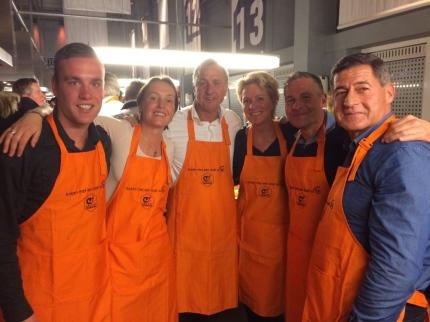 Gezellig koken met o.a. Myron, Colinda en Dennis Gebbink Gebbink, Carole Thate, Jacques Parson en natuurlijk Johan Cruijff zelf