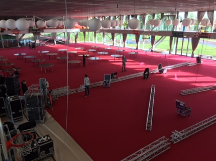 Opbouw van de feestzaal in volle gang